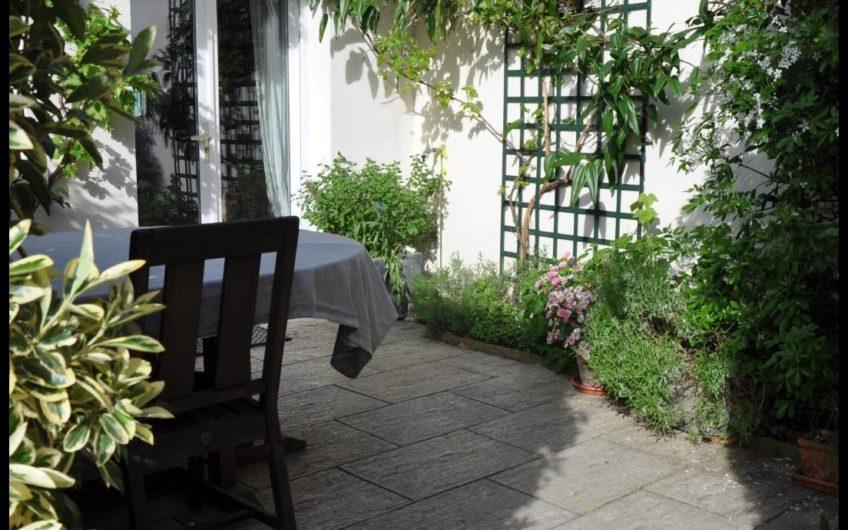 Maison de Vile de caractère avec jardin et proche Gare .