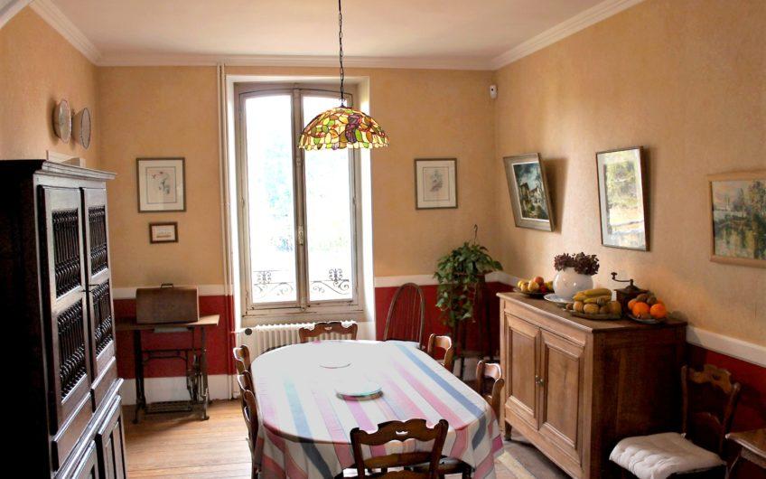 Maison Bourgeoise à 20Mn de Rambouillet avec grange et dépendance.